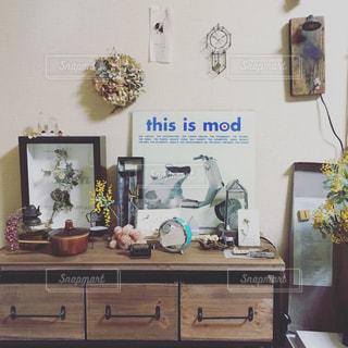 家具やテーブルの上の花瓶で満たされた部屋 - No.912561