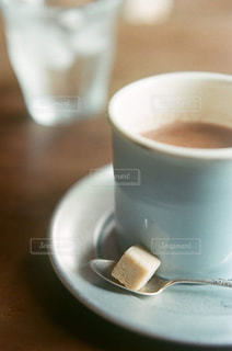 テーブルの上のコーヒー カップの写真・画像素材[913385]