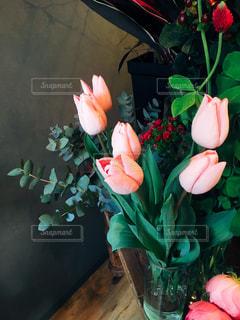 テーブルの上の花の花瓶 - No.1020278