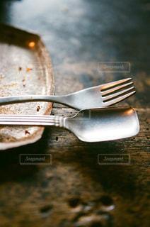近くにナイフとフォークのプレートのアップの写真・画像素材[1021789]