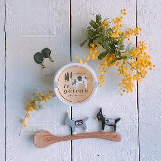 テーブルの上の花の花瓶の写真・画像素材[1590000]