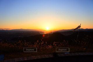 水の体に沈む夕日の写真・画像素材[867751]