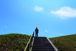 草で覆われた丘の上の記号の写真・画像素材[868336]