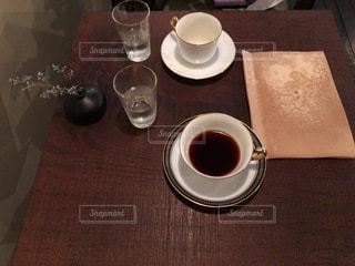 テーブルの上のコーヒー カップの写真・画像素材[868635]