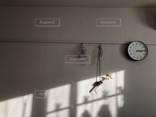 白壁の部屋 光がはいる午後の写真・画像素材[868639]