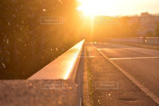 背景の夕日とパーキング メーターの写真・画像素材[868395]