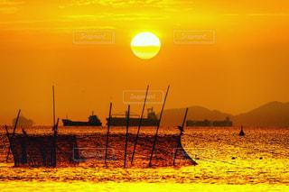 定置網と船と太陽の写真・画像素材[1741721]