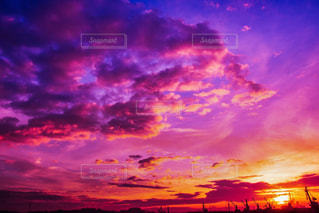 夕焼け空に浮かぶ雲の写真・画像素材[1741726]