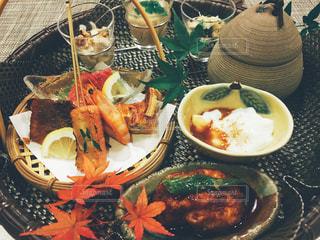 テーブルの上に食べ物のプレートの写真・画像素材[868829]
