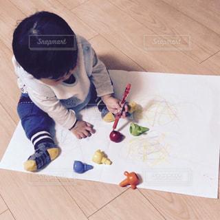 赤ちゃん、初めてのお絵かきの写真・画像素材[869078]