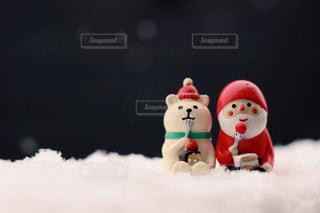 サンタさんとシロクマさん 一緒にケーキの写真・画像素材[871480]