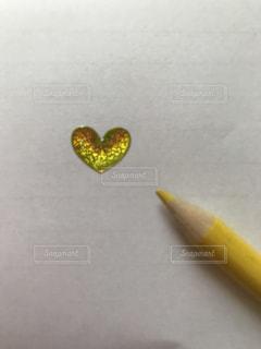 立体ハートと色鉛筆 黄色 - No.874462