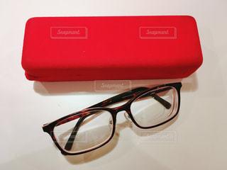 赤のメガネケースとメガネさんの写真・画像素材[869479]