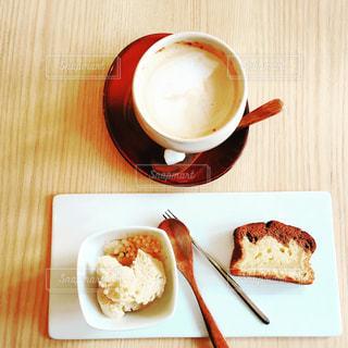 ほうじ茶アイスとケーキ、ラテのプレート - No.872028