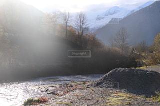 雪に覆われた山の写真・画像素材[869358]