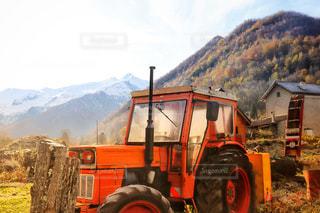 背景の山が付いているトラックの写真・画像素材[869714]