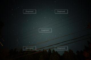 夜に見上げる空の景色の写真・画像素材[869555]