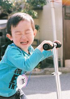 青いシャツの男の子の写真・画像素材[871277]