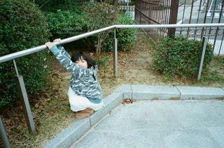 ぶら下がり女子の写真・画像素材[1283116]