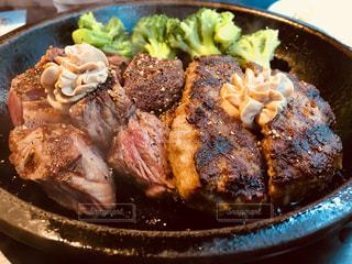 板の上に食べ物のボウルの写真・画像素材[869541]