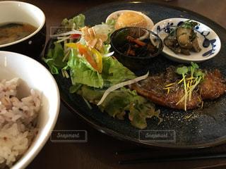 テーブルの上に食べ物のボウル - No.869542