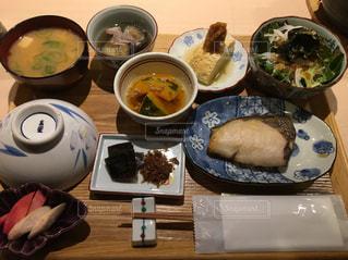 テーブルの上に食べ物のトレイの写真・画像素材[869582]