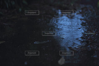 非常に暗い水の写真・画像素材[869766]