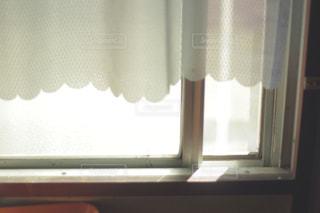 ウィンドウの横にあるシャワー カーテンの写真・画像素材[870880]