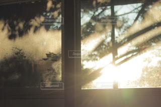 大きな窓のぼやけた写真の写真・画像素材[870881]