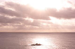 海の横にある水の体の写真・画像素材[869868]
