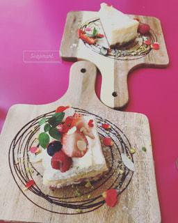 テーブルにバースデー ケーキのプレート - No.870004