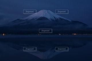 雪に覆われた山の写真・画像素材[870112]