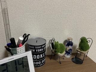 テーブルの上に座っているラップトップコンピュータの写真・画像素材[2413682]