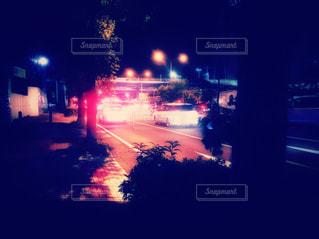 夜間の運転、自動車の信号待ちの写真・画像素材[2454508]