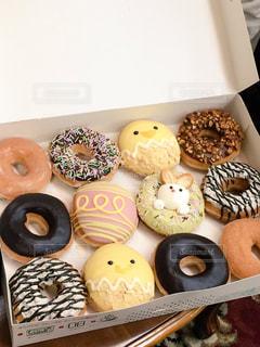 ドーナツの種類でいっぱいのボックス - No.870531