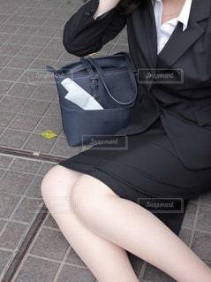 床の上に座っている女性 - No.870533
