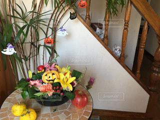 テーブルの上の花の花瓶の写真・画像素材[871035]