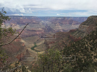 背景の山と峡谷のビューの写真・画像素材[873483]