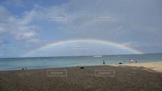 砂浜の上に虹の写真・画像素材[3308563]