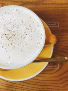 白いプレートにスープのボウルの写真・画像素材[872043]