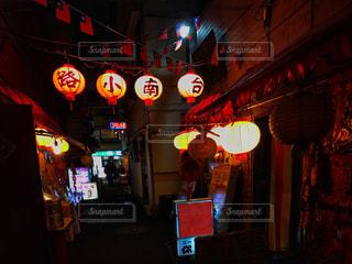 夜の店の前の写真・画像素材[896147]