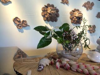 テーブルの上の花の花瓶の写真・画像素材[872508]