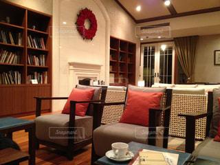 リビング ルームの家具と本の棚でいっぱいの写真・画像素材[872518]