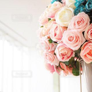 テーブルの上に花瓶の花の花束の写真・画像素材[1749774]