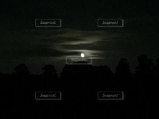 夜の月と雲の写真・画像素材[894564]