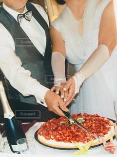 ピザを切る女性の写真・画像素材[1215922]