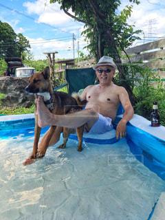 人と水のプールに犬の写真・画像素材[1275896]