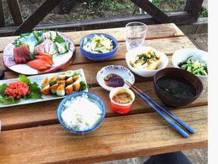 ピクニック用のテーブルの上に食べ物のプレートの写真・画像素材[1278775]