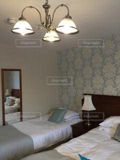 ホテルの部屋でベッド付きのベッドルームの写真・画像素材[1280756]