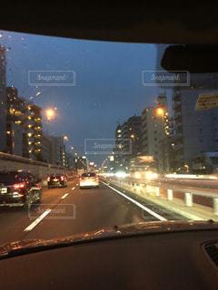 夜のトラフィックでいっぱい街の通りのビューの写真・画像素材[1287077]